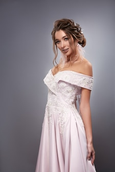 Noiva linda em vestido branco com ombros nus e cachos