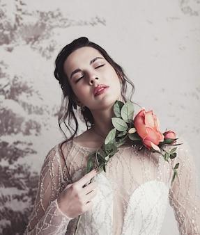 Noiva linda em vestido de noiva segurando buquê