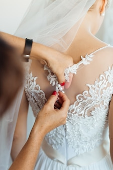 Noiva linda no vestido branco, se preparando para a cerimônia de casamento