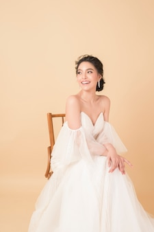 Noiva linda no vestido de alta costura