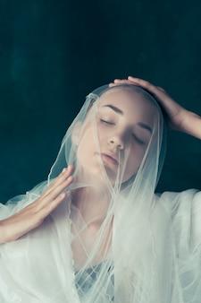 Noiva linda, olhando por cima do véu