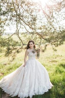 Noiva linda perto da árvore