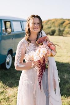 Noiva linda, vestido rosa com buquê de casamento, olhando para a câmera