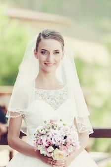 Noiva loira elegante lindo vestido branco lindo