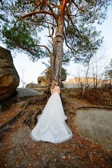 Noiva loira linda fica de costas