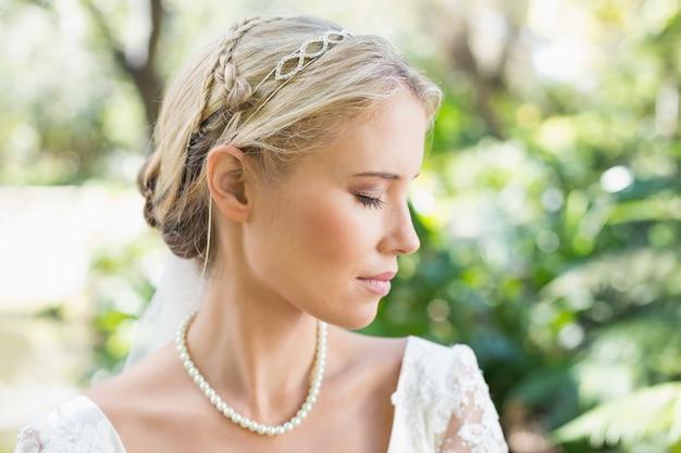 Noiva loira, vestindo pérolas