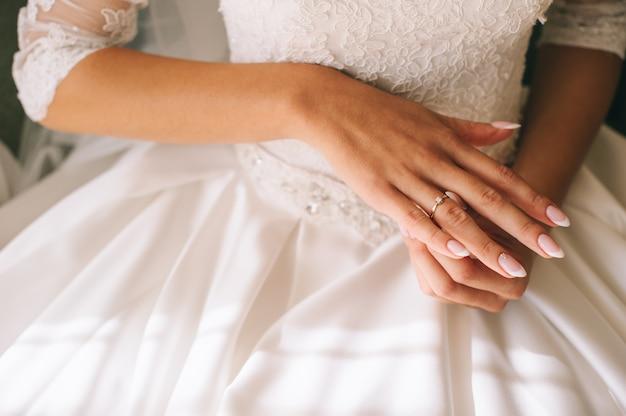 Noiva mãos aliança de casamento