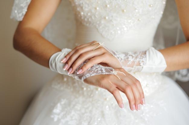 Noiva, mãos, ligado, vestido casamento