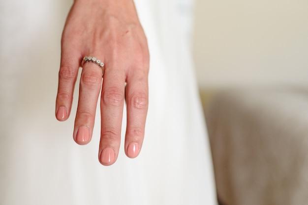 Noiva, mostrando, dela, aliança casamento