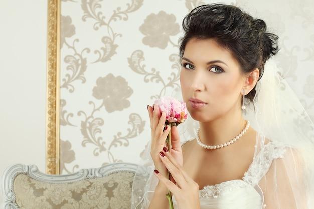 Noiva - mulher morena, retrato da moda