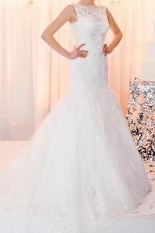 Noiva na cerimônia no dia do casamento. mulher em um vestido caro e luxuoso