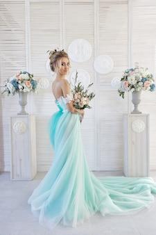 Noiva no casamento bonito do vestido de turquesa. loiras