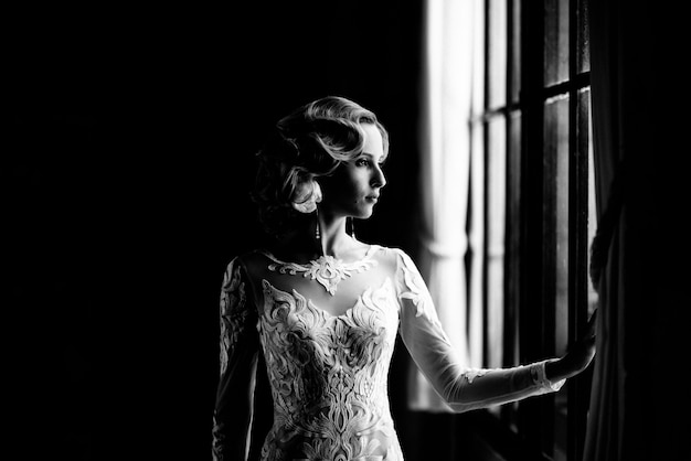 Noiva no vestido de casamento branco posando dentro de casa