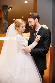 Noiva noivo, abraçando, dia casamento