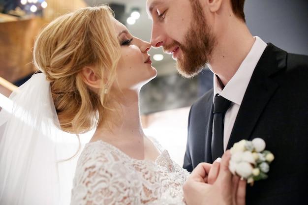 Noiva noivo, abraçando, e, beijando, ligado, a, escadas