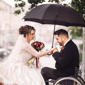 Noiva noivo, ligado, a, cadeira rodas, sentar, beijando, ligado, a, banco, parque