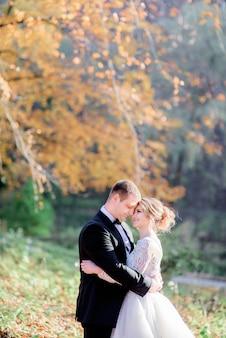Noiva noivo, magra, para, um ao outro, proposta, posar, ligado, a, outono, quintal, em, um, ensolarado, dia