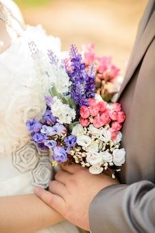 Noiva noivo, segurando, flores, buquê casamento, em, mãos