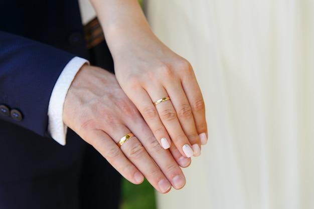 Noiva noivo, segurando, mãos, com, alianças casamento