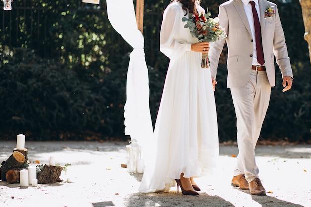 Noiva noivo, segurando, mãos