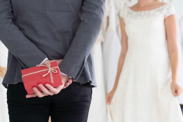 Noiva noivo vestido de noiva em cerimônia de casamento.