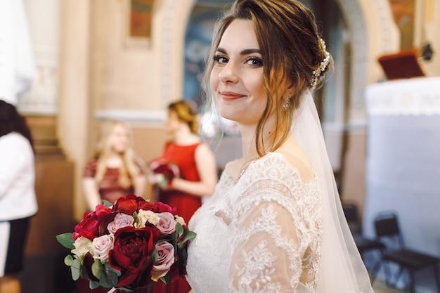 Noiva parece adorável durante a cerimônia na igreja
