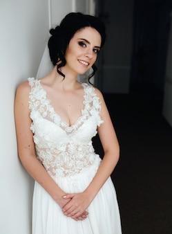 Noiva posando em um corredor para a câmera