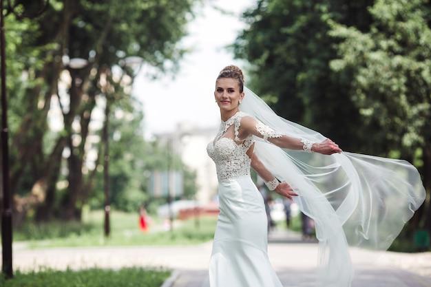 Noiva pula com véu