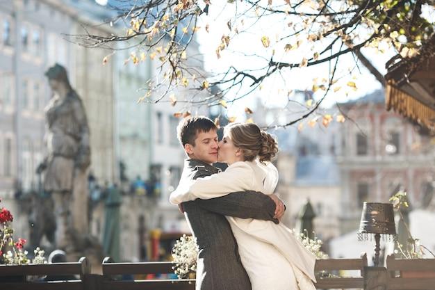 Noiva que beija a bochecha do noivo