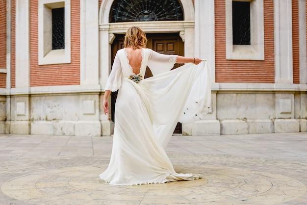 Noiva recém-casado dançando com seu vestido de noiva