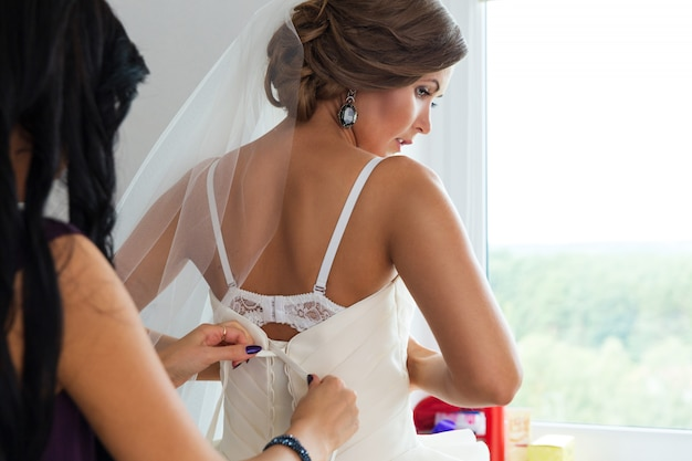 Noiva se preparando para um casamento