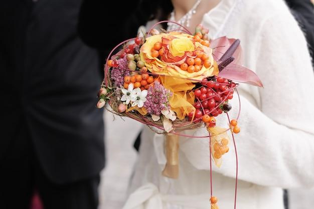 Noiva, segurando, bonito, laranja, buquê casamento flores
