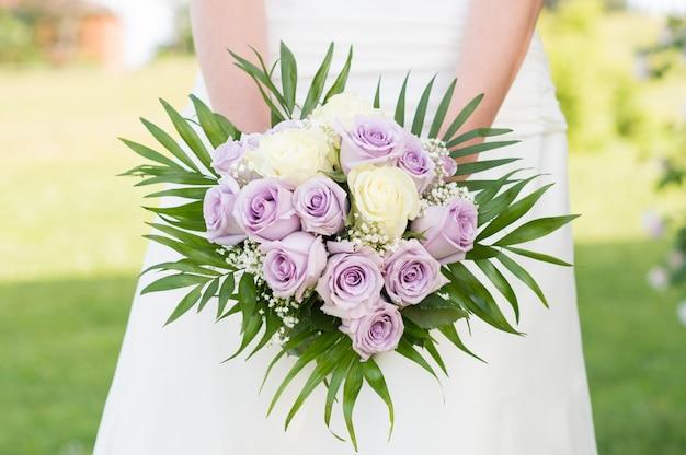 Noiva segurando buquê de rosas