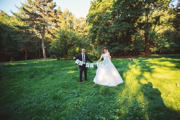 Noiva segurando decorações de casamento no parque