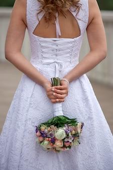 Noiva, segurando, grande, buquê casamento, ligado, cerimônia casamento