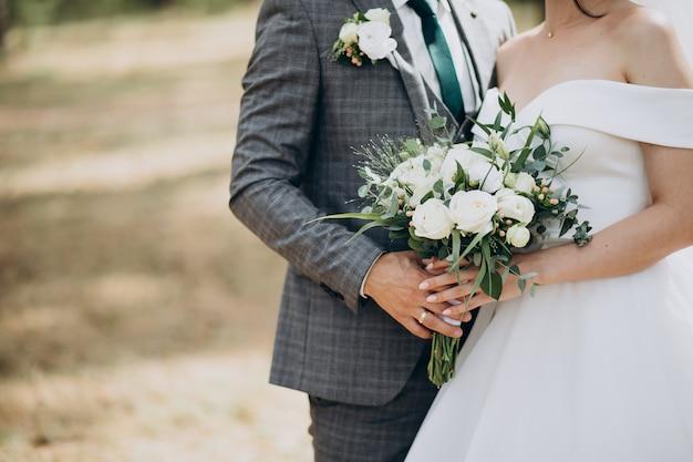 Noiva segurando seu buquê de casamento