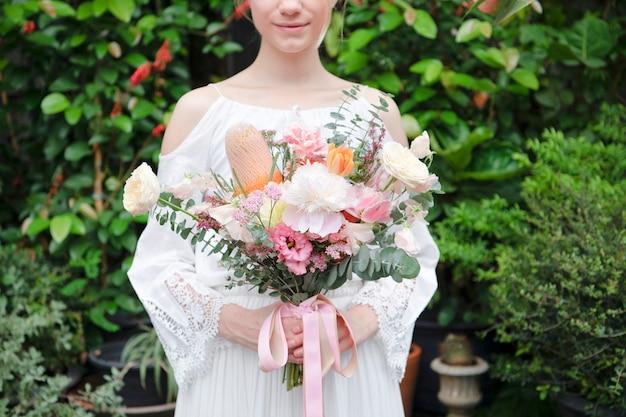 Noiva segurando um buquê de flores