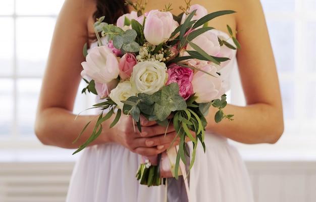 Noiva segurando um buquê floral