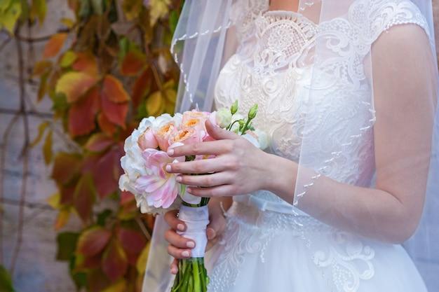 Noiva segurando um lindo buquê de casamento brilhante