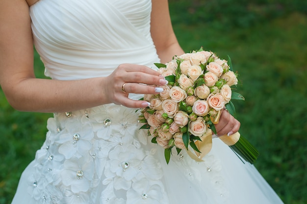 Noiva tem um lindo buquê de casamento