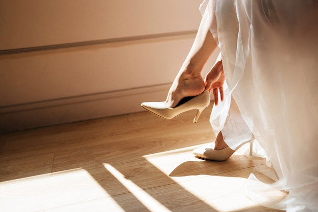 Noiva tirando os sapatos após o casamento