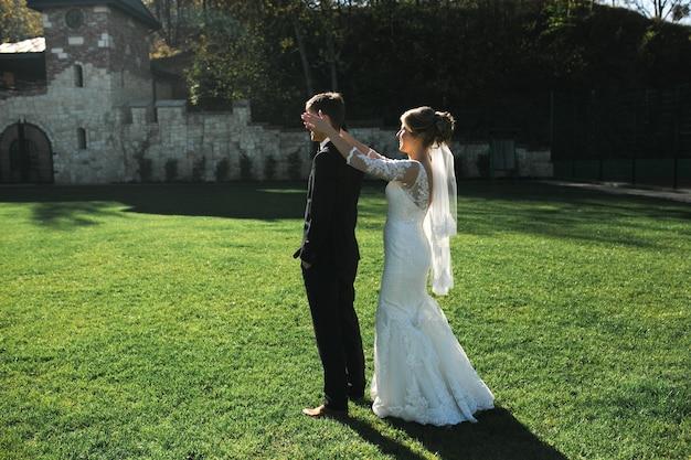 Noiva vai de costas para o noivo