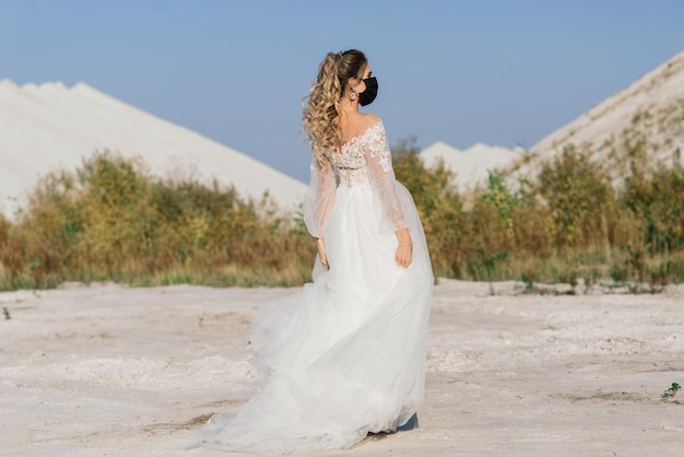 Noiva vestida de noiva com máscara médica no período de quarentena do coronavírus covid-19.