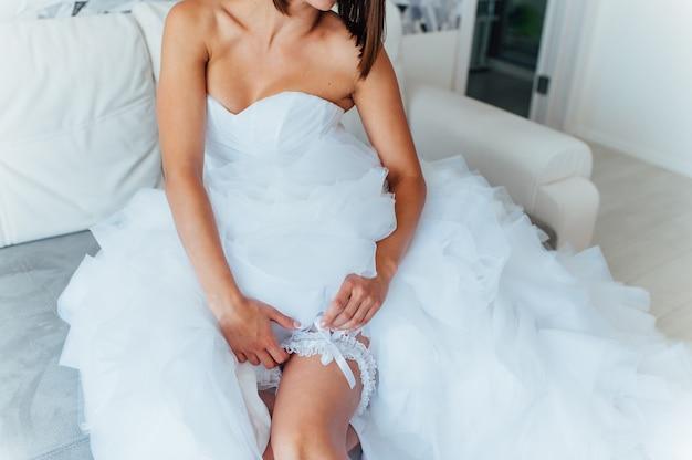 Noiva vestir liga de casamento