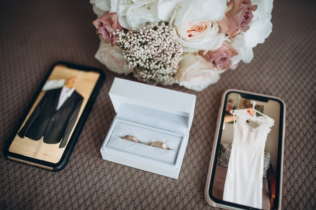 Noivado e anéis de casamento na caixa branca e conjunto de casamento