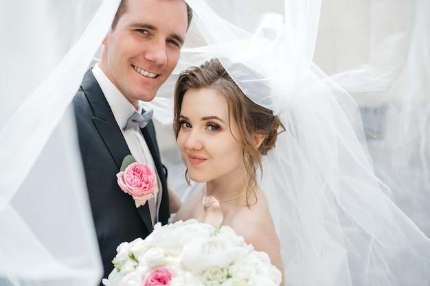 Noivas felizes estão no dia do casamento