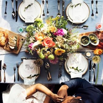 Noivo, beijando, noiva, passe, em, recepção casamento, vista aérea