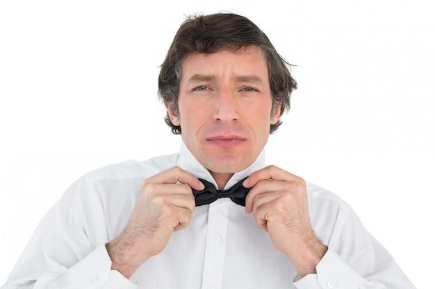 Noivo bonito corrige gravata borboleta