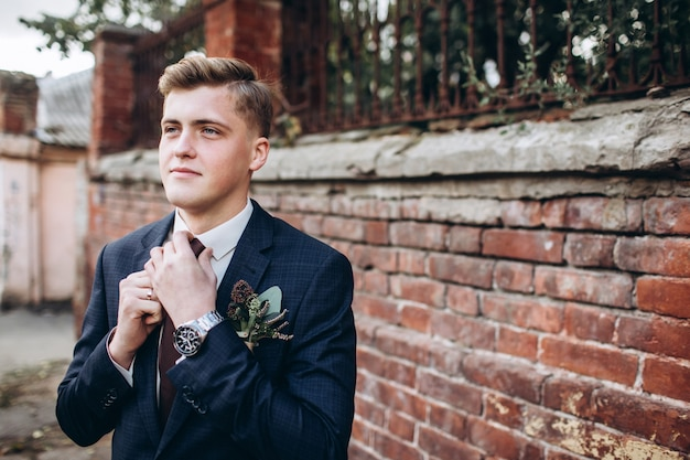 Noivo brutal de terno e gravata.