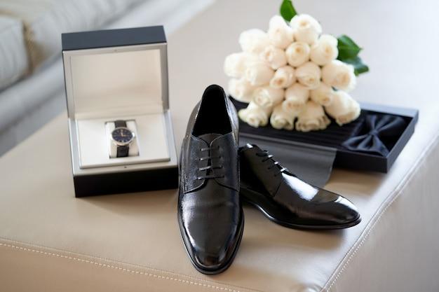 Noivo casamento conjunto com sapatos relógio de pulso gravata borboleta, close-up